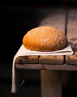 Primer plano sabroso pan casero con semillas