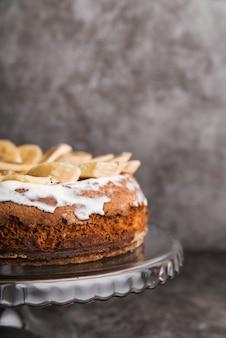 Primer plano sabroso pastel con rodajas de plátano