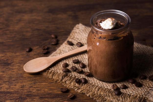 Primer plano sabroso postre de chocolate listo para ser servido