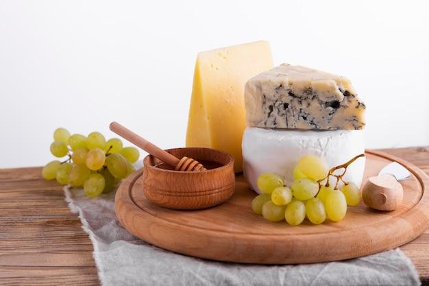 Primer plano sabroso queso y aperitivos