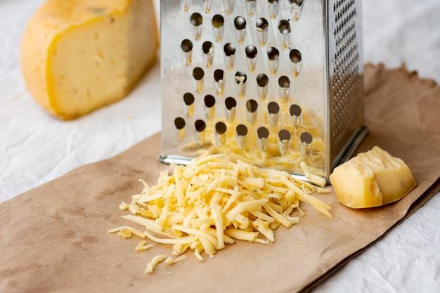 Primer plano sabroso queso rallado