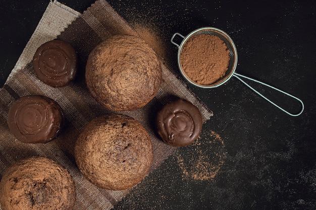Primer plano de sabrosos muffins y cacao en polvo