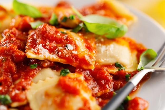 Primer plano de sabrosos ravioles italianos