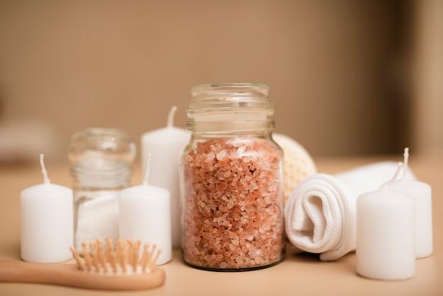 Primer plano de sal de baño y velas para relajarse en el spa