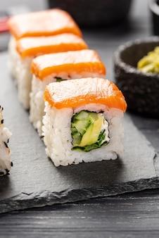 Primer plano de salmón sushi maki en pizarra