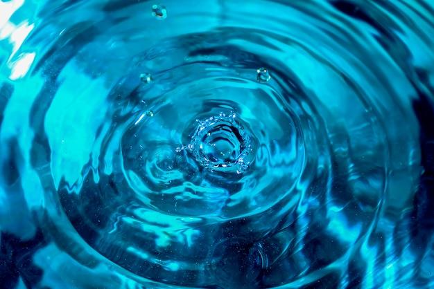 Primer plano de salpicaduras de agua. gota de agua. gota de agua azul