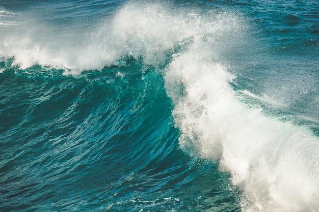 Primer plano de salpicaduras, caída de las olas del océano. bali