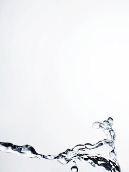 Primer plano de salpicaduras de líquido transparente con espacio de copia