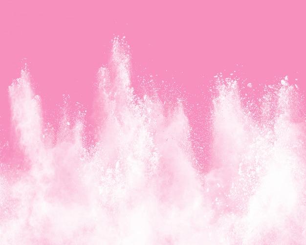 Primer plano de salpicaduras de partículas de polvo blanco aislado sobre fondo rosa