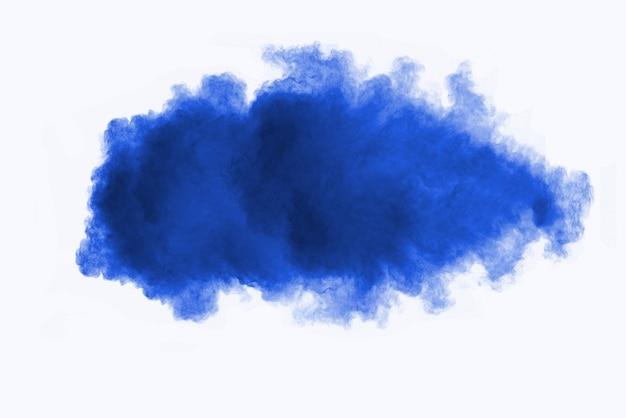 Primer plano de salpicaduras de partículas de polvo de polvo azul aislado sobre fondo blanco.