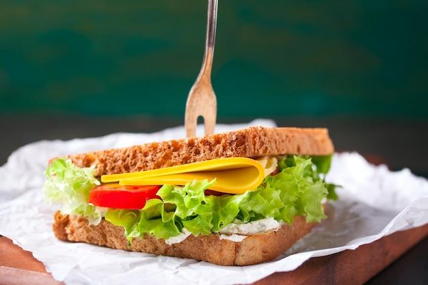 Primer plano de sándwich sano con un tenedor