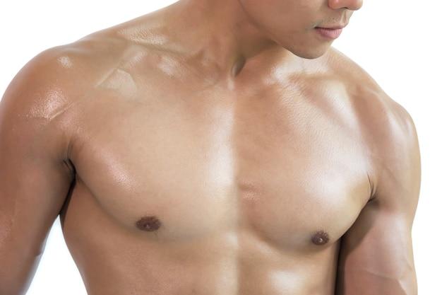Primer plano sano muscular joven sobre fondo blanco