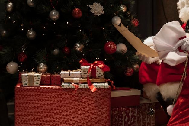 Primer plano de santa claus con regalos de navidad