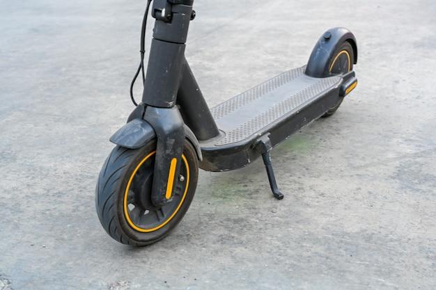 Primer plano de scooter eléctrico. transporte nuevo y popular para explorar ciudades y lugares de interés. transporte ecológico.