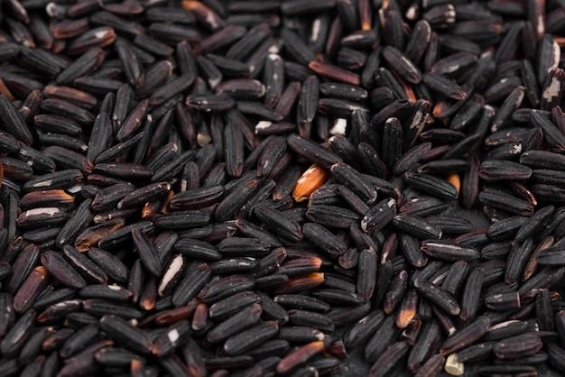 Primer plano de semillas negras tostadas