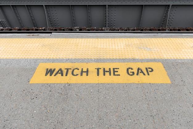 Primer plano de señal de advertencia de la estación de metro
