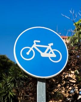 Primer plano de la señal de carril bici azul