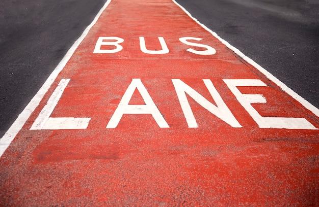 Primer plano de la señal del carril bus