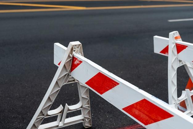 Primer plano de señales de bloqueo de carretera