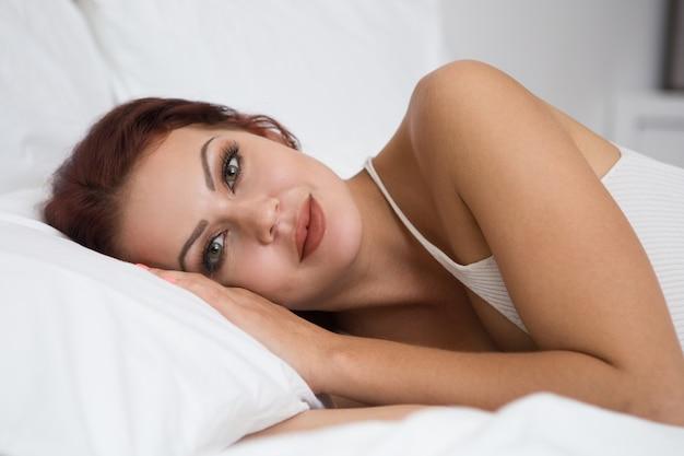 Primer plano, sereno, joven, mujer, acostado, cama