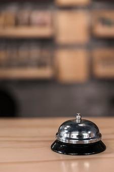 Primer plano, de, servicio, campana, en, superficie de madera