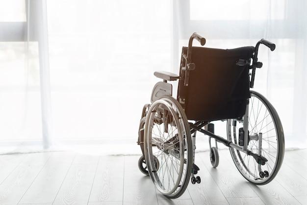 Primer plano de silla de ruedas profesional en interiores