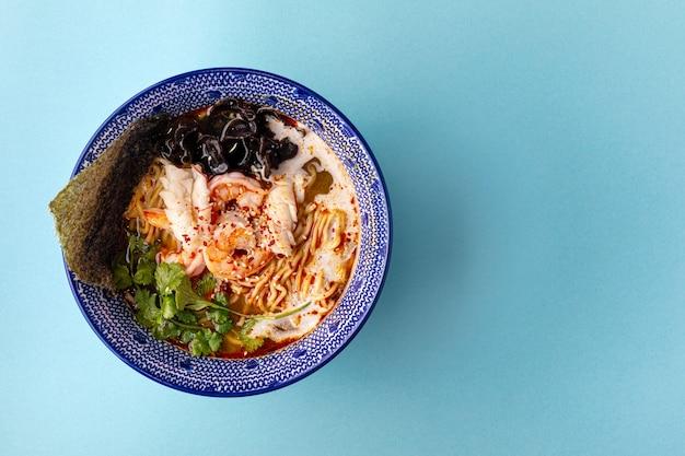 Primer plano sobre la sopa de fideos ramen ebi asiática con champiñones y camarones