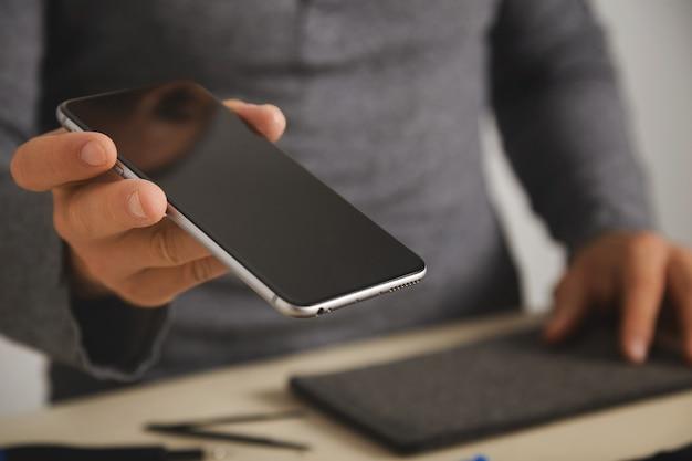 Primer plano sobre el teléfono inteligente después del servicio de reemplazo de pantalla