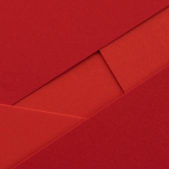 Primer plano de sobres y papeles rojos elegantes