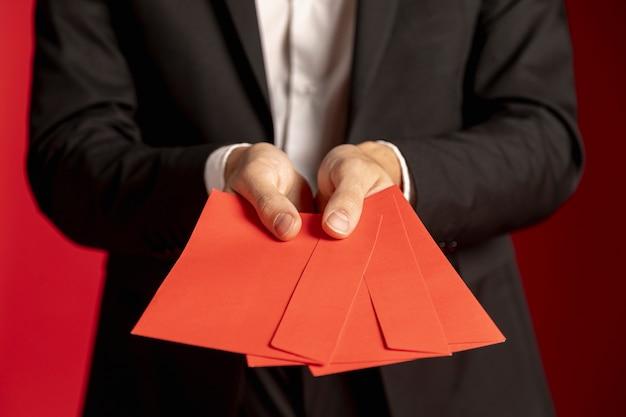 Primer plano de sobres rojos para año nuevo chino