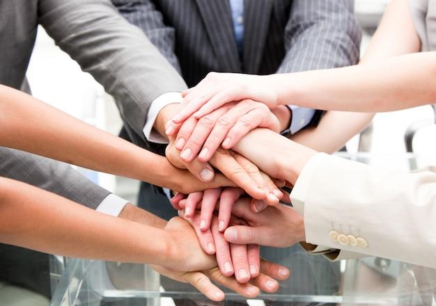 Primer plano de socios multiétnicos