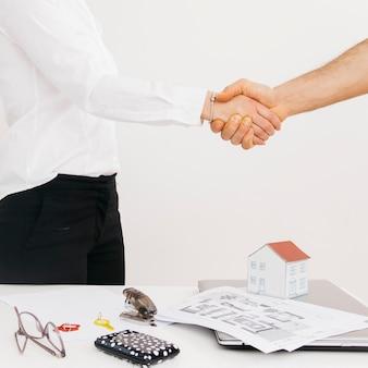 Primer plano de socios de negocios dándose la mano después de trato