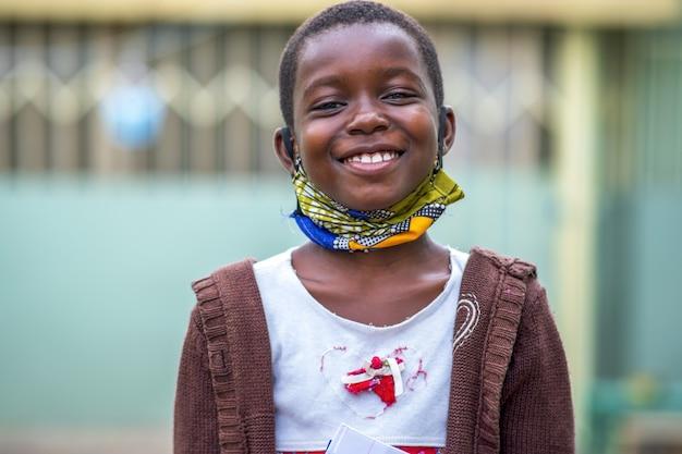 Primer plano de un sonriente concepto de felicidad de niño varón negro