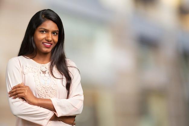 Primer plano de sonriente joven hermosa mujer india