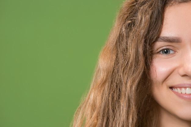 Primer plano sonriente de la mujer hermosa joven