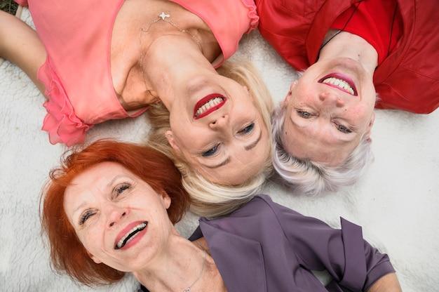 Primer plano, sonriente, mujeres maduras