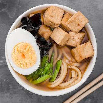 Primer plano de sopa de fideos ramen asiáticos