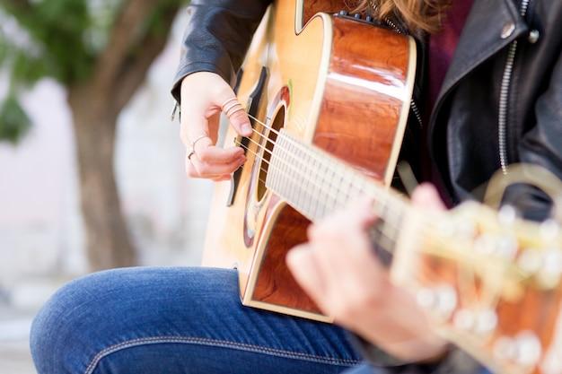 Primer plano de street musician tocando la guitarra