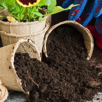 Primer plano de suelo fértil derramado de las macetas de turba