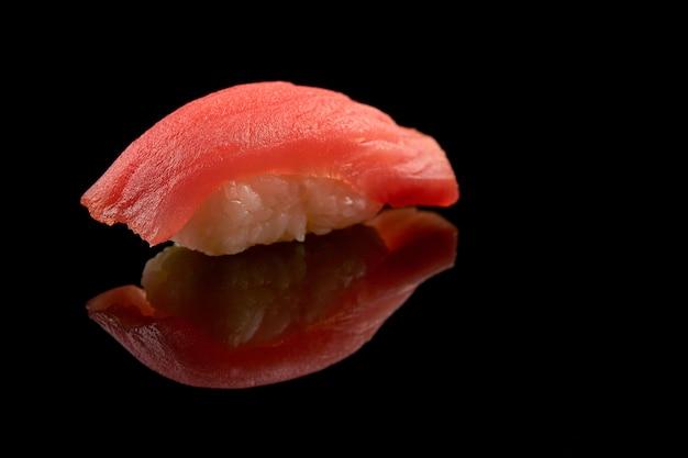 Primer plano de sushi aislado