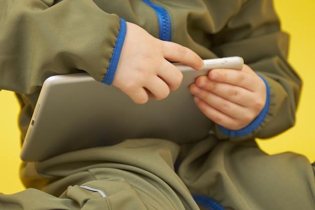 Primer plano de una tableta con las manos de un niño