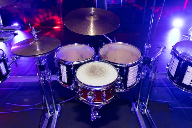 Primer plano de tambores en la discoteca