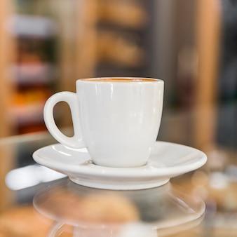 Primer plano de la taza de café con leche