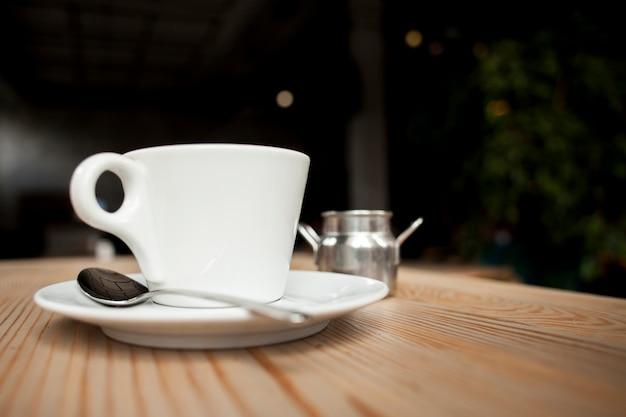 Primer plano de la taza de café en la mesa en la cafetería