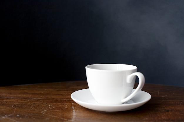 Primer plano de la taza de café en la mesa de madera