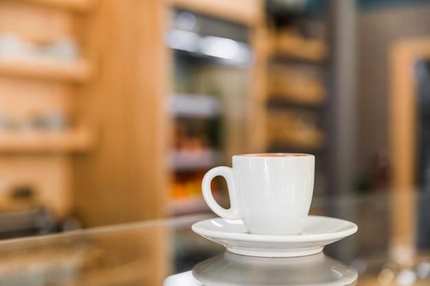 Primer plano de la taza de café sobre fondo defocused