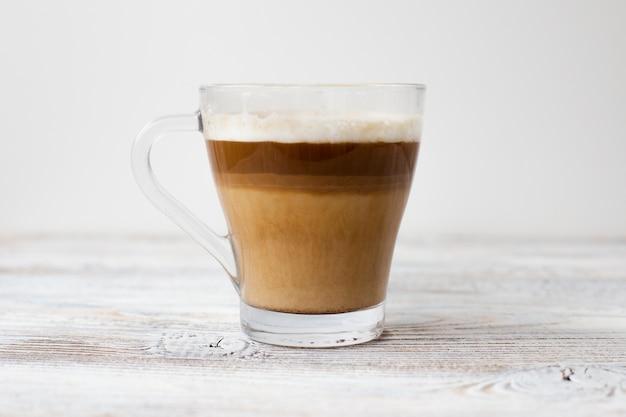 Primer plano de una taza de café en tres colores.