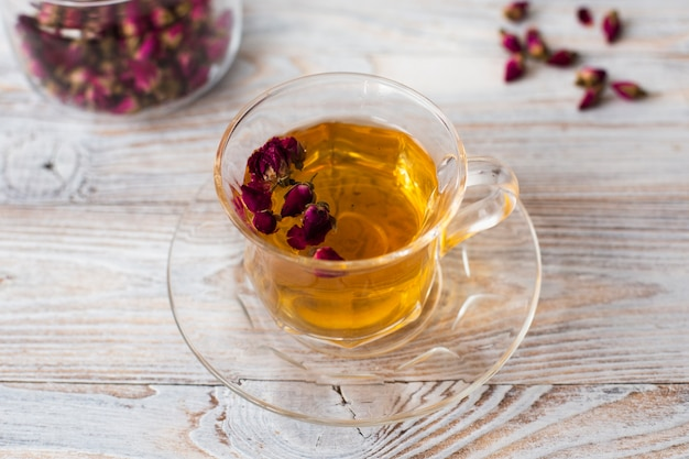 Primer plano de una taza de té transparente