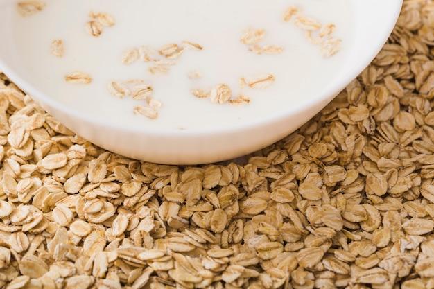 Primer plano de un tazón de leche sobre la avena saludable
