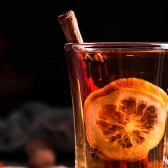 Primer plano de té caliente con canela